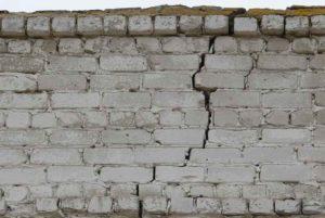 трещины по кирпичной стене