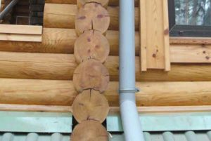 Трещины в бревнах деревянного дома
